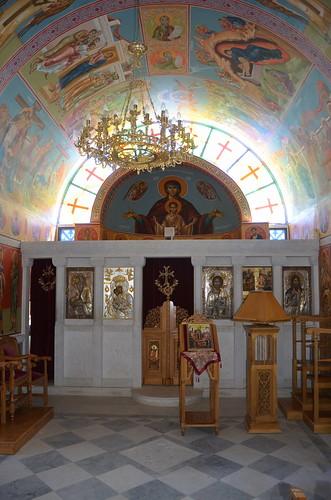 Der Altar ist abgetrennt, der Priester betet dahinter