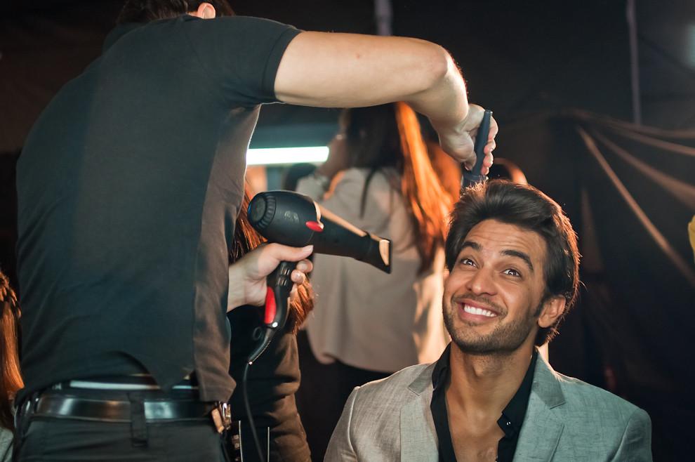 En el backstage se ultimaban detalles en los peinados de Carlos Ortellado para el desfile de la marca Gilardini el viernes 12 de abril. (Elton Núñez)