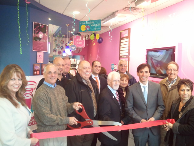 Tasti D-Lite Team, Chamber Board and Members cut the ribbon.