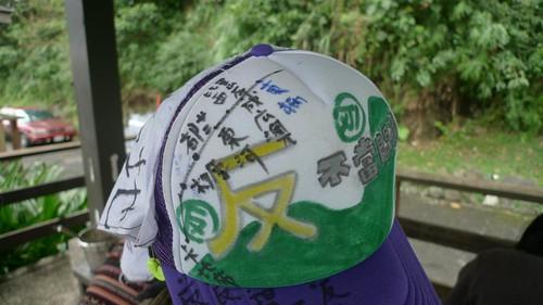 林淑玲經過每一個部落,即在帽子上寫下在地爭議
