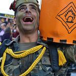 Disfraz de militar con una bombona de butano