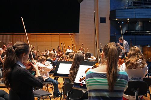 Sportlovsorkestern repeterar med dirigenten Andreas Hanson