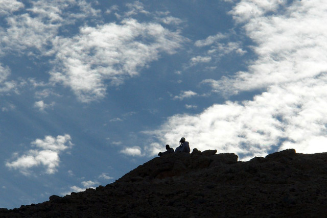 """Es curioso ver a lo alto de las montañas, siluetas de gente, ... supongo que será gente que esté ahí por seguridad ... no sé ... Valle de los Reyes, enlace con la """"otra vida"""" - 8493410408 bb77968eec z - Valle de los Reyes, enlace con la """"otra vida"""""""