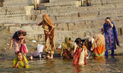 Mujeres bañándose en el Ganges en su paso por Benarés (Varanasi, India)