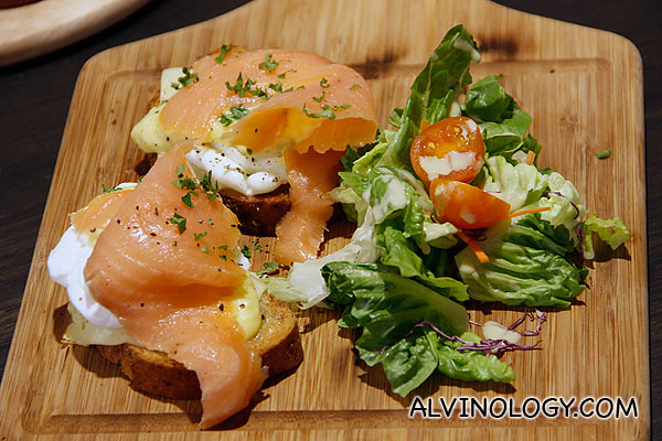 Smoked Salmon Eggs Benedicts (S$22) - Poached eggs, cheese, smoked salmon on toasted bread drizzled with Hollandaise sauce with chips and side salad