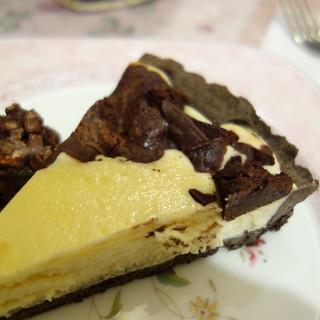 今日のおやつは、マリアサンクのチョコレート・チーズケーキ。濃いチーズに、ビターチョコが混ざる。