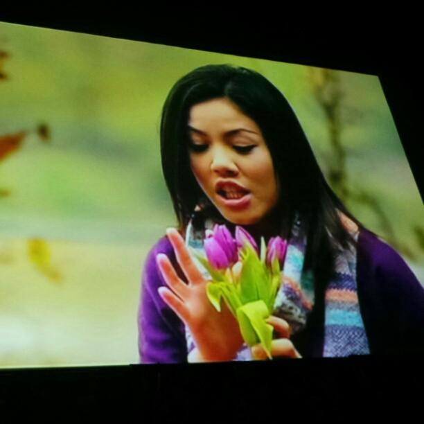 Remy Ishak sebagai Khalil belanja Tiz Zaqyah sebagai Suraya 4 kuntum bunga tulips. Romantiknyeeee... #CintaJanganPergi