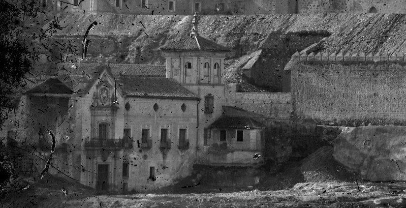 Parte delantera del Hospital de Santiago hacia 1870. Detalle de una fotografía de Jean Laurent