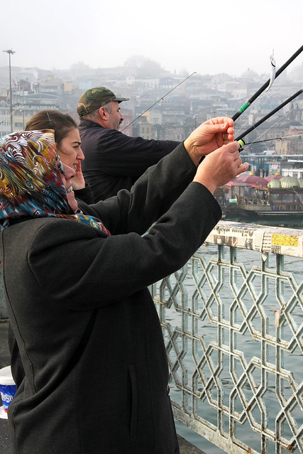Women fishing on the Galata bridge, Istanbul, Turkey イスタンブール、ガラタ橋で釣りをする女性たち