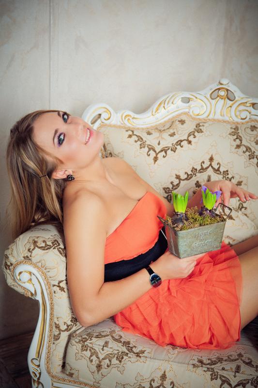 Фотосессия девушки в интерьерной студии с цветами