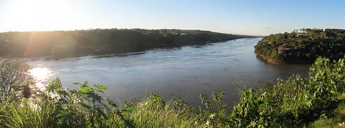 Puerto Iguazu: 3 pays en 1 photo. Devinez lesquels... Argentine (de notre côté), Paraguay (à gauche) et Brésil (à droite).