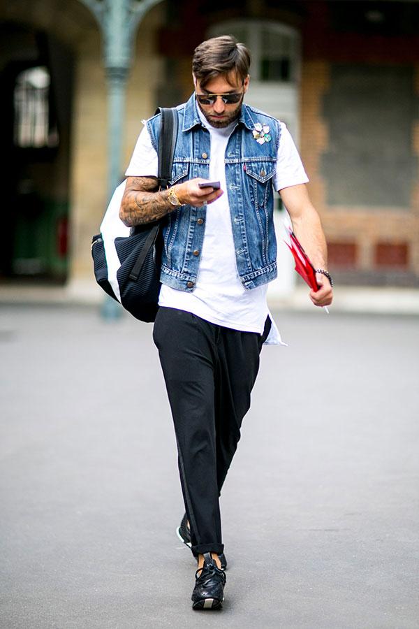 ノースリーブGジャン×白無地Tシャツ×黒パンツ×黒スニーカー
