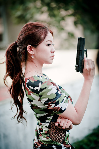 [フリー画像素材] 人物, 女性 - アジア, 拳銃・ピストル ID:201303070800