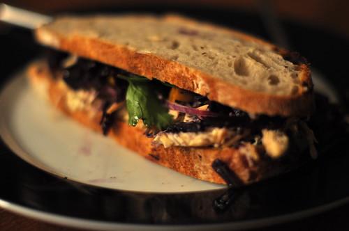 Sandwich med kylling, sennep, æble og rødkål