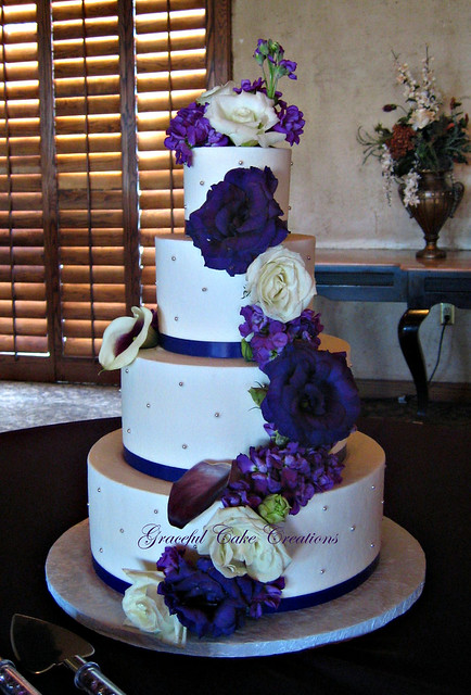 pictures of wedding cakes with purple flowers white buttercream wedding cake with purple flowers 18476