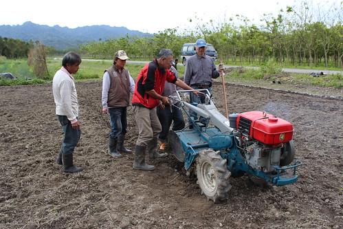 志工們輪流操作小型翻耕機。