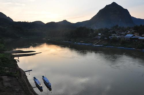 sunset mountains river boats bateaux rivière cliffs ou laos nam coucherdesoleil falaises montagnes nong khiaw