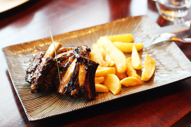 Beef ribs and chips