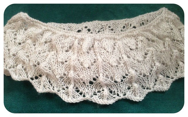 Unblocked lace collar