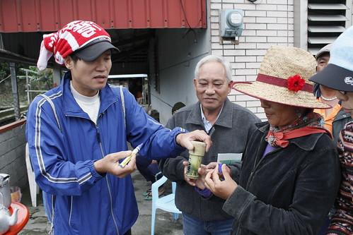 面寫了Cawi(靜浦)的竹筒,裡面是靜浦國小的小朋友親手做的種子泥球