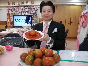 醫師蔡鋒博說他以番茄減肥法,4週減重11公斤。(記者曾厚銘攝)