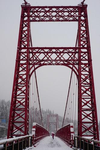 赤い鉄橋と少女
