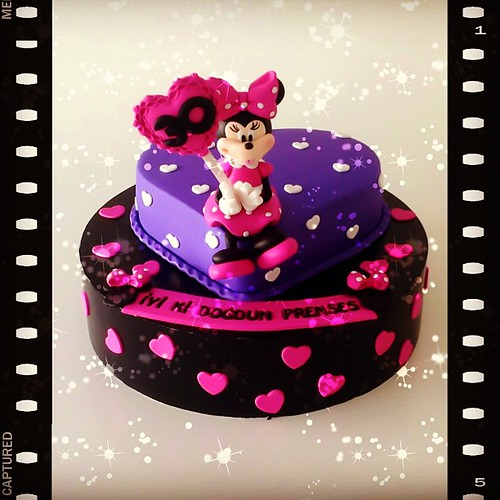 Minnie Mouse 30th Birthday Cake... #30th #30thbirthday #burcinbirdane #minniemouse #minnie #birthdaycake #heartcake #lovecake