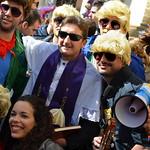 Grupo de amigos con el cura en el carnaval