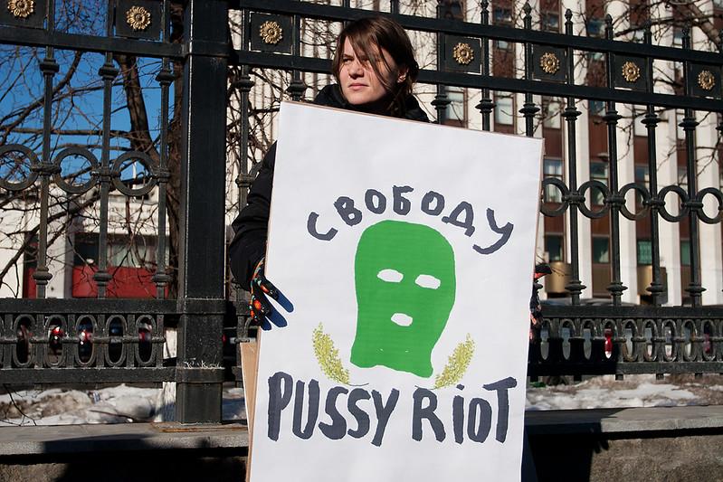 Катя Самуцевич на пикете в поддержку Pussy Riot у здания ФСИН в Москве