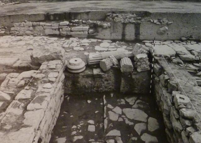 Capiteles, fustes y basas. (Obvlco, 1989)