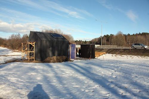 Under senhösten och vintern har arkitekterna byggt det lilla huset.