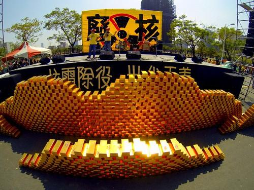 南台灣廢核大遊行聯盟在舞台豎起金磚牆,還發送幸福核桃麵包給幼兒。(圖片來源:地球公民基金會)