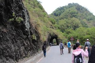 無名山洞融合在自然景觀之中。