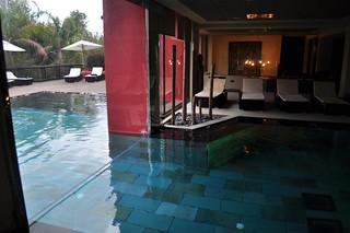 La piscina interior del Thai & SPA se funde con una exterior. asia gardens benidorm, #experiencia en el paraiso - 8556137998 74c8077687 n - Asia Gardens Benidorm, #experiencia en el paraiso