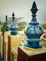 درگاہ نمانا شاہ کے ص�ن/راہداری میں لگے ہوئے چھوٹے مینارے