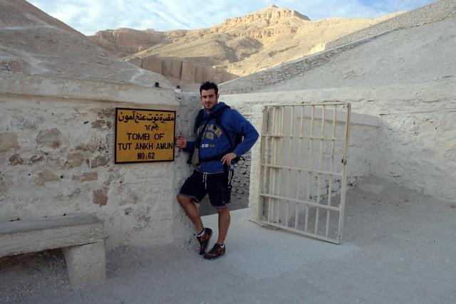 """Entrada a la famosa KV62, tumba de Tutankamón donde además tuve la oportunidad de encontrarme con la momia del mismísimo faraón, que por un tiempo estuvo expuesta en su propia tumba. Valle de los Reyes, enlace con la """"otra vida"""" - 8492305245 195dfa183b z - Valle de los Reyes, enlace con la """"otra vida"""""""