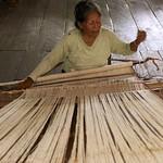 """Los pobladores de la comunidad campesina ribereña """"El Chino"""", ubicada en la zona de amortiguamiento del Área de Conservación Regional Comunal Tamshiyacu Tahuayo, en el río Tahuayo, departamento de Loreto, Amazonía noreste de Perú, se caracterizan por su carácter flexible y su capacidad de adaptación a circunstancias adversas. Todas las actividades de aprovechamiento y manejo sostenible de los recursos naturales en la comunidad dependen, en gran parte, del nivel de fortalecimiento de la organización comunal. Existen mecanismos de control, vigilancia y sanción dentro de la comunidad, sus prácticas de manejo comunal de cochas y de fauna silvestre son un ejemplo de cómo sobrevivir a un clima cambiante.  El proyecto El clima cambia, cambia tú también identifica en Bolivia, Colombia, Ecuador y Perú, zonas de ecosistemas andino-amazónicos frágiles, donde las comunidades están buscando adaptarse al cambio climático. A través de testimonios y estudios de caso se identifican condiciones de vulnerabilidad y adaptación, para luego traducirlas en recomendaciones de políticas públicas y actividades de incidencia que ayuden a enfrentar impactos de estos fenómenos climáticos."""