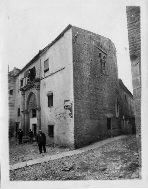 Ventura Reyes Prósper junto al Palacio de los Toledo  © Fondo Rodríguez. Archivo Histórico Provincial. JCCM. Signatura CGD2-008-1