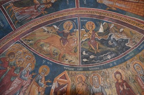 Zwei merkwürdige Motive in einer Kirche