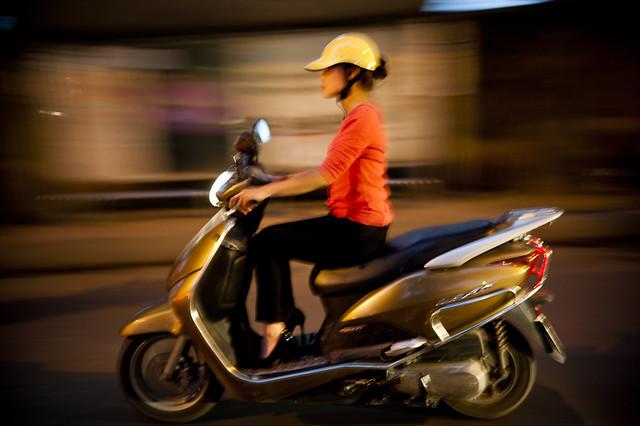 V002 Woman rider - Hanoi