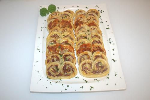 22 - Blätterteigbrezeln mit Salami & Kräuterfrischkäse  - Serviert / Puff pastry pretzels with salami & herb cream cheese - served