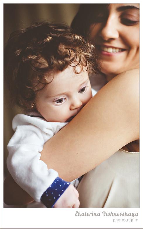 фотограф Екатерина Вишневская, хороший детский фотограф, семейный фотограф, домашняя съемка, студийная фотосессия, детская съемка, малыш, ребенок, съемка детей, кудри, кудряшки, материнство, с дочкой на руках, красивый портрет, фотограф москва