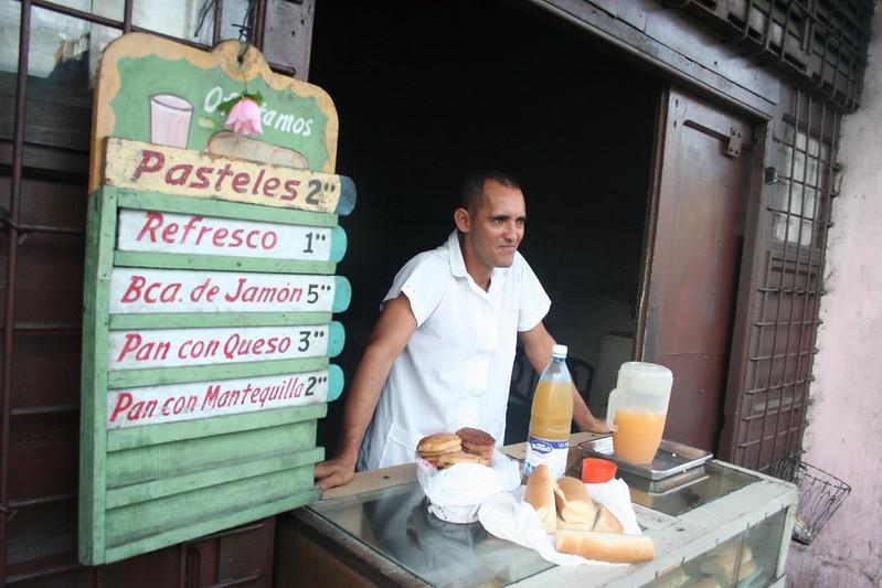 Loja de rua com comida e sumos à venda em Santiago de Cuba