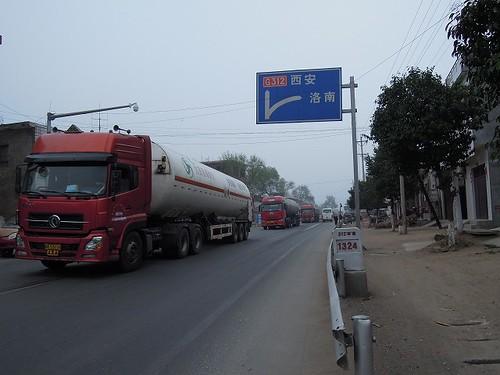 赤い大型トラックが多い