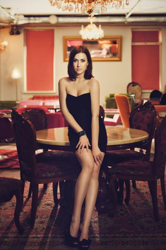 Фотосессия красивой девушки в интерьере бара