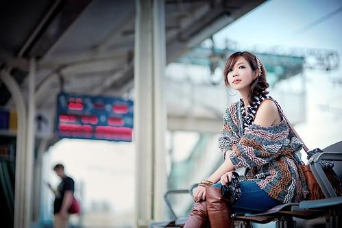 [Free Images] People, Women - Asian, Women - Sit, Station / Railway Platform, Taiwanese People ID:201304050200