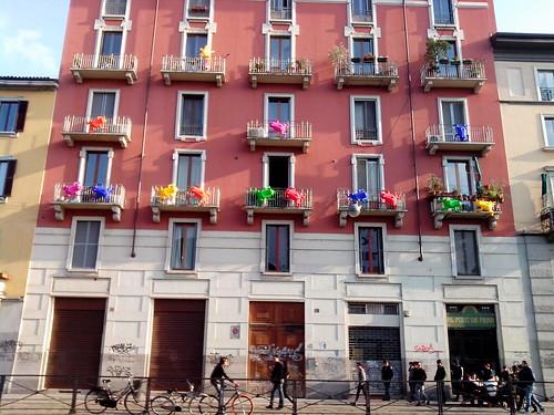 Le rane colorate sul Naviglio Grande by Ylbert Durishti