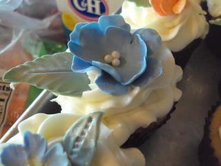Periwinkle and Peach Wedding Cupcakes with Gumpast Flowers