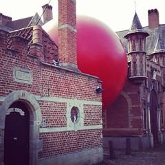De Redball landt bij de Begijntjes #redballproject #Antwerp #zva #streetart