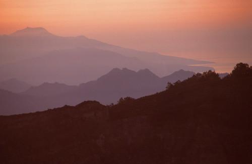 continentasia countryindonesia regionflores moni sunrise tagged nationalparkidnttkelimutu provinceidnusatenggaratimur year1992